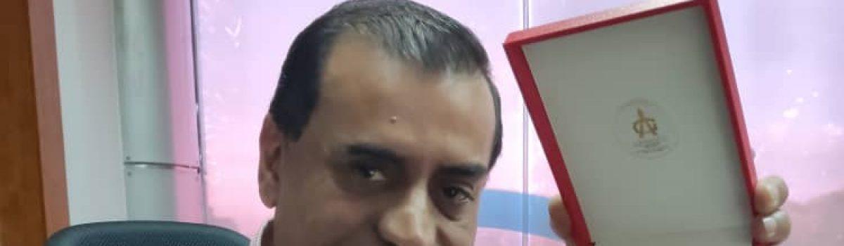 """Ministro Gilberto Pinto fue condecorado con la orden """"Batalla de los Puentes"""""""